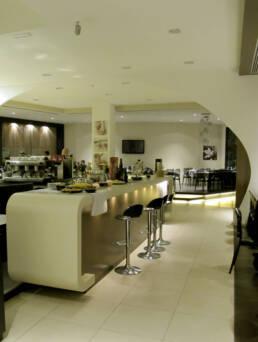 marchi-interior-design-arredamenti-arredo-bar-su-misura-stile-moderno-laccato-bianco-bancone-chiaro