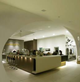 marchi-interior-design-arredamenti-bar-ristorante-bancone-sitle-minimal-laccato-chiaro-con-sezioni-in-legno