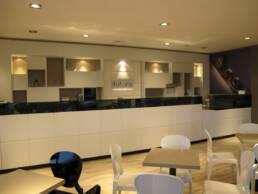 marchi-interior-design-arredamenti-bar-su-misura-luxury-legno-chiaro-finiture-in-vetro