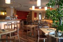 marchi-interior-design-arredamenti-bar-vintage-arredamento-in-legno-bancone-con-sgabelli