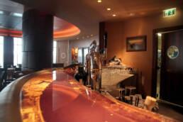 marchi-interior-design-arredamenti-dettaglio-bancone-bar-colore-corallo-marmo