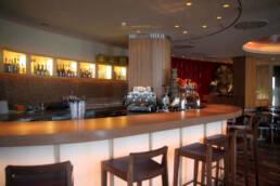 marchi-interior-design-arredamenti-dettaglio-bancone-bar-stile-mininal-legno-illuminazione-dal-basso