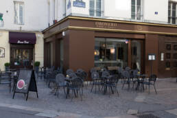 marchi-interior-design-arredamenti-esterno-bar-oronero-sedie-tavolini-antracite