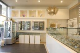 marchi-interior-design-arredamenti-interni-gelateria-con-bancone-frigo-a-pozzetto