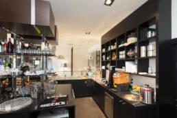 marchi-interior-design-arredamenti-progettazione-bar-su-misura-retrobanco-con-scaffalature