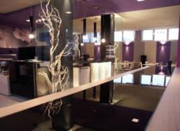 marchi-interior-design-arredamenti-risotrante-luxury-colori-freddi-complementi-arredo-con-vetrine-illuminate