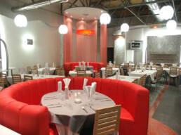 marques-conception d'intérieur-ameublement-restaurant-ameublement-uniconique-tailored-detail-room-tables-rouges-chaises-bois-puits-lumière