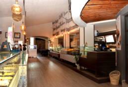 marques-design-interieur-ameublement-restaurant-salon-sur mesure-sol-parquet-ameublement-rustique