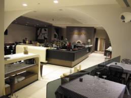 marques-design d'intérieur-ameublement-restaurant-salon-avec-coin-bar-moderne-moderne