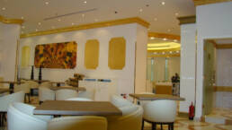 realizzazioni-interior-design-bar-créations-design-d'intérieur-bar-aida-cafe-jeddah-arabie-saoudite-vitrines-lumineusesida-cafe-jeddah-arabia-saudita-arredamento-salone